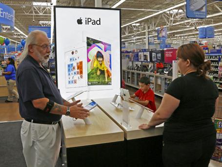 Покупатели у стойки продукции Apple. Фото: Reuters