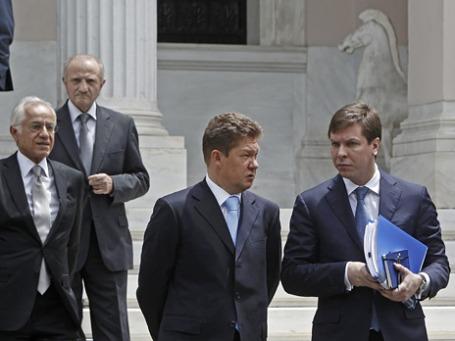 Глава «Газпрома» Алексей Миллер (слева на первом плане) и Павел Одеров, начальник департамента внешнеэкономической деятельности «Газпрома» в Афинах, после переговоров  с премьер-министром Греции об условиях покупки DEPA. Фото: Reuters