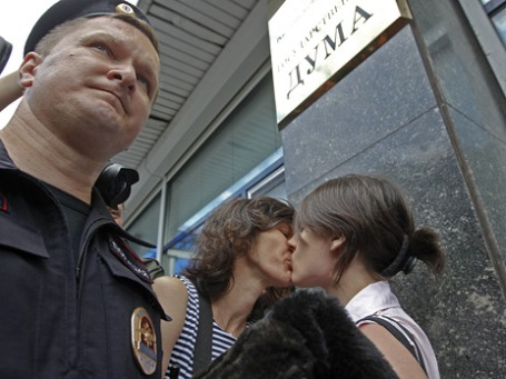 Гей - активисты у здания Государственной думы. Фото: Reuters