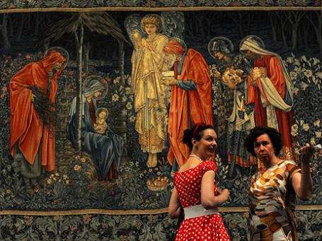Посетительницы у шпалеры художника Эдварда Берн-Джонса «Поклонение волхвов» на выставке «Прерафаэлиты: викторианский авангард». Фото: ИТАР-ТАСС