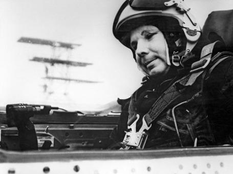 Герой Советского Союза, летчик-космонавт Юрий Гагарин в кабине самолета МИГ-21. Репродукция фотографии 1968 года. Фото: РИА Новости