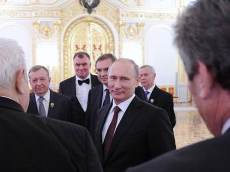 Президент России Владимир Путин (в центре) с лауреатами Государственной премии РФ. Фото: РИА Новости