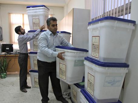Подготовка избирательных урн в преддверии выборов. Фото: Reuters
