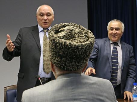 Правозащитник, общественник Дауд Хучиев и сопредседатель общественного движения «Мехк-Кхел» Сараждин Султыгов (слева направо) во время конгресса ингушского народа. Фото: ИТАР-ТАСС