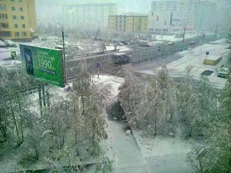 Выпавший снег в Надыме. Фото: Евгения Зиннатуллина