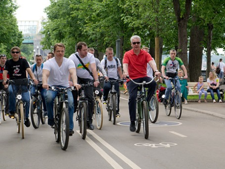 ВРИО мэра Москвы Сергей Собянин (в центре) на открытии городских велопрокатов. Фото: mos.ru