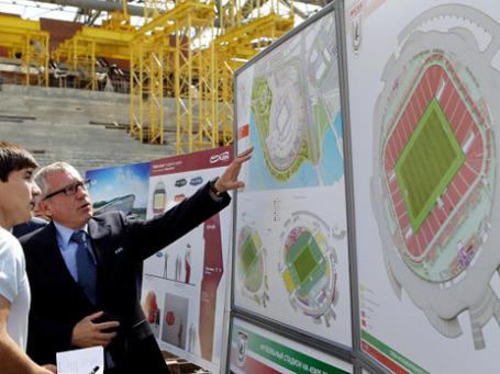 Глава департамента по организации Чемпионатов мира по футболу 2014, 2018 и 2022 годов Юрген Мюллер (справа) осматривает макет строящегося стадиона на 45 тысяч мест в рамках инспекционного визита делегации ФИФА в Казань. Фото: РИА Новости