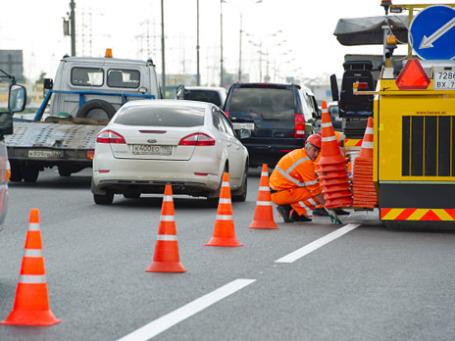 Нанесение разметки дорожного покрытия холодным пластиком на Московской кольцевой автомобильной дороге. Фото: РИА Новости