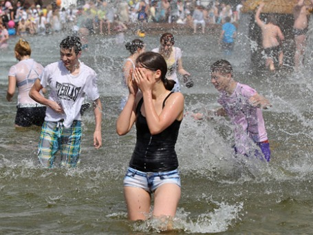 Горожане купаются в фонтане «Дружба Народов» на территории ВВЦ в Москве. Фото: РИА Новости