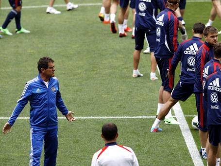 Тренер сборной России Фабио Капелло (первый слева) во время тренировки команды. Фото: Reuters
