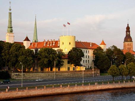 Вид на Рижский замок со стороны реки Даугавы в Риге. Фото: РИА Новости