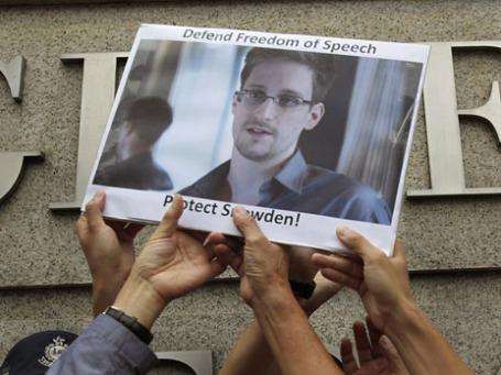 Пикет в поддержку Эдварда Сноудена у посольства США в Гонконге. Фото: Reuters