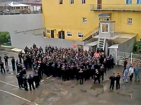 Заключенные во дворе ИК №3. Кадр из видеоролика YouTube