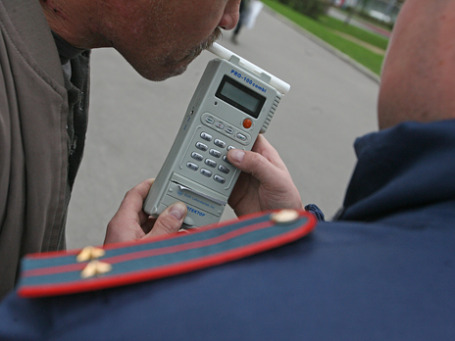Проверка сотрудником полиции наличие алкоголя в крови водителя. Фото: Григорий Собченко/BFM.ru