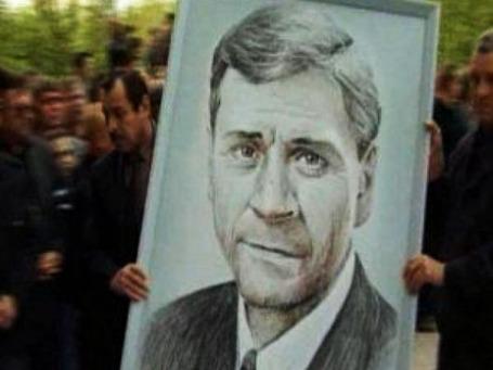 Жители Нефтеюганска несут портрет бывшего мэра Владимира Петухова. Фото: ugra-news.ru