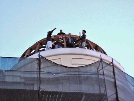 Активисты Архнадзора на куполе дома Волконских. Фото: archnadzor.ru