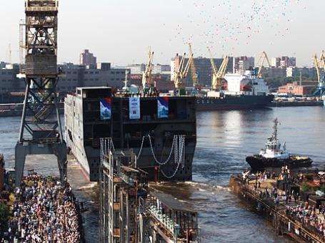 Спуск на воду кормовой части для первого вертолетоносца «Мистраль». Фото: РИА Новости