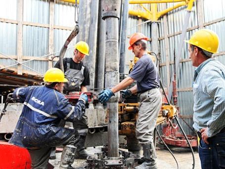 Рабочие на буровой вышке. Фото: РИА Новости