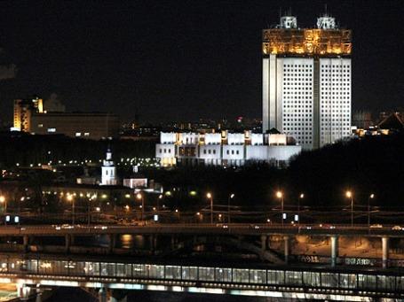 Здание президиума Российской академии наук (справа) на Воробьевых горах. Фото: РИА Новости
