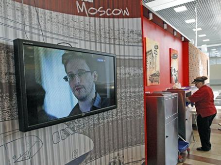 Эдвард Сноуден на телевизионном экране во время информационного выпуска. Фото: Reuters