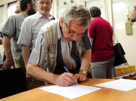 Член Российской академии наук подписывает петицию о неприятии законопроекта о реформе структуры РАН. Фото: ИТАР-ТАСС