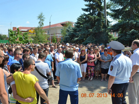 Участники акции протеста против мигрантов на площади города Пугачева. Фото: РИА Новости