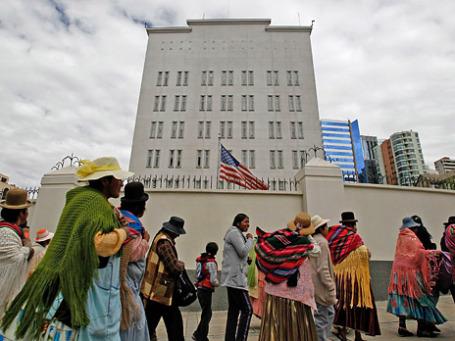 Боливийцы, поддерживающие президента Эво Моралеса в его решении дать политическое убежище Эдварду Сноудену, выступают с акцией протеста у посольства США в Ла Пасе. Фото: Reuters