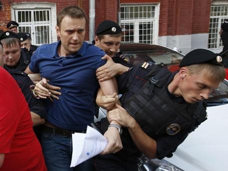 Задержание оппозиционера, кандидата в мэры Москвы Алексея Навального у здания Мосгоризбиркома. Фото: Reuters