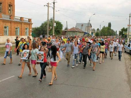 Жители города Пугачева собираются на народный сход после обострения в городе межэтнических проблем. Фото: РИА Новости