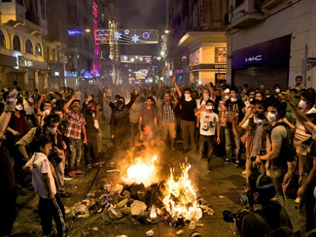 Участники акций протеста на улице Истикляль. Фото: Reuters