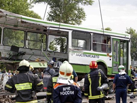 Спасательные службы работают на месте столкновения рейсового автобуса, который следовал из Подольска в Курилово, с «КамАЗом». Крупное ДТП в Троицком административном округе Москвы привело к многочисленным жертвам. Фото: Reuters