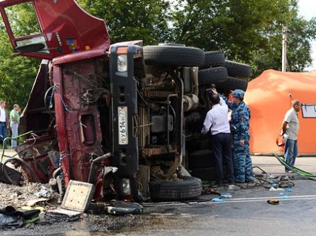 Полицейские работают на месте столкновения рейсового автобуса с КамАЗом. ДТП под Подольском привело к многочисленным жертвам. Водитель КамАЗА Грачья Арутюнян находится под арестом. Фото: РИА Новости