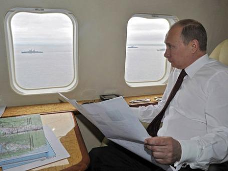 Президент России Владимир Путин на вертолете совершает облет района морских маневров Тихоокеанского флота в рамках рабочей поездки на Сахалин. Фото: Reuters