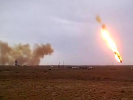 Ракета-носитель «Протон-М» с разгонным блоком ДМ-03 и тремя российскими навигационными космическими аппаратами «Глонасс-М» падает после старта с космодрома «Байконур». Фото: РИА Новости