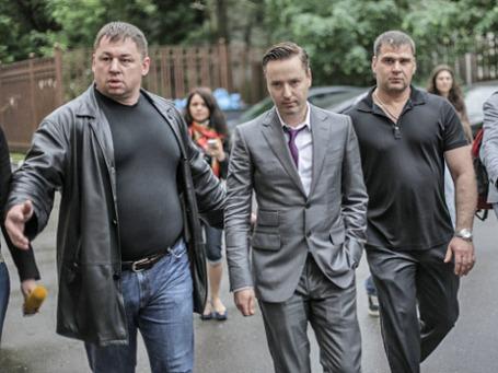 Певец Виталий Грачев (в центре)  у здания Останкинской межрайонной прокуратуры. Фото: РИА Новости