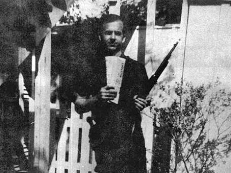 Ли Харви Освальд с винтовкой на заднем дворе своего дома в Даллесе, март 1963. Фото из архива «Комиссии Уоррена»