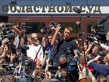 Оппозиционер, кандидат в мэры Москвы Алексей Навальный после заседания суда об изменении меры пресечения у здания Кировского областного суда. Навальный, которого в четверг приговорили к пяти годам лишения свободы, будет находиться под подпиской о невыезде на территории Москвы до вступления приговора в законную силу. Фото: Reuters