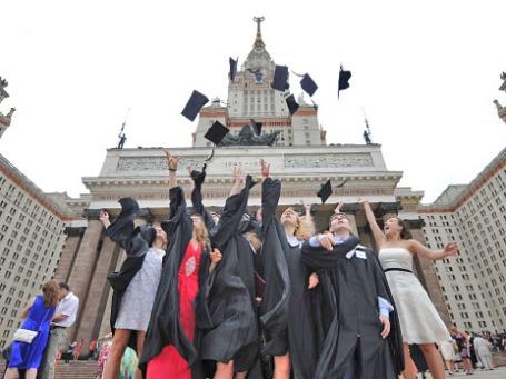 Выпускники университета после церемонии вручения дипломов. Фото: РИА Новости