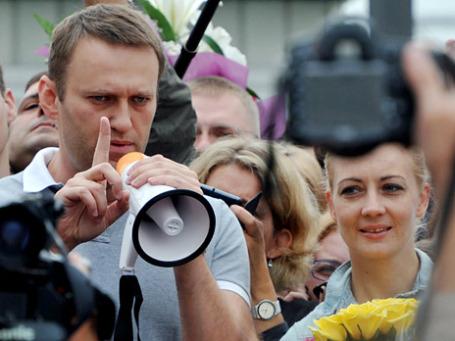 Кандидат в мэры Москвы, оппозиционер Алексей Навальный на перроне Ярославского вокзала общается со своими сторонниками после прибытия из Кирова. Фото: РИА Новости