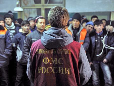 Сотрудник ФМС во время рейда Федеральной миграционной службы по выявлению нелегальных иммигрантов. Фото: РИА Новости