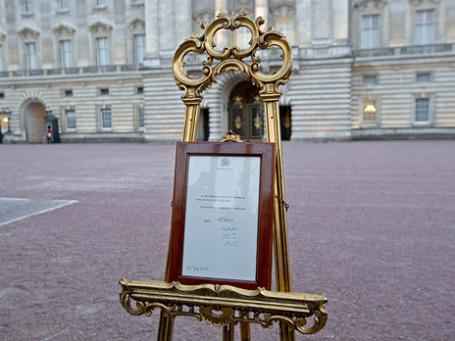 Королевский бюллетень у Букингемского дворца. Фото: Reuters