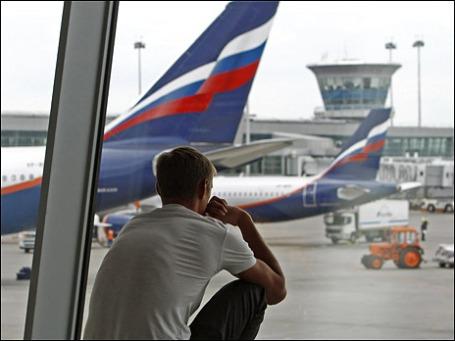 Пассажир в транзитной зоне аэропорта «Шереметьево». Фото: Reuters