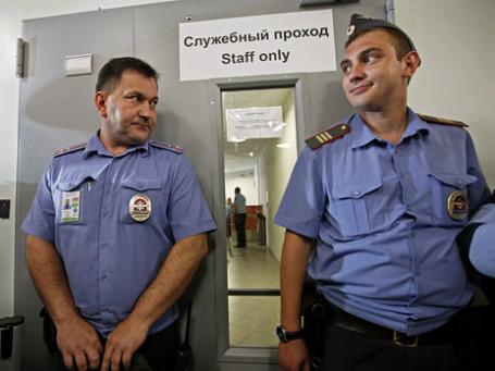 Сотрудники полиции у входа в помещение транзитной зоны аэропорта «Шереметьево», где находится экс-сотрудник ЦРУ Эдвард Сноуден.  Фото: Reuters