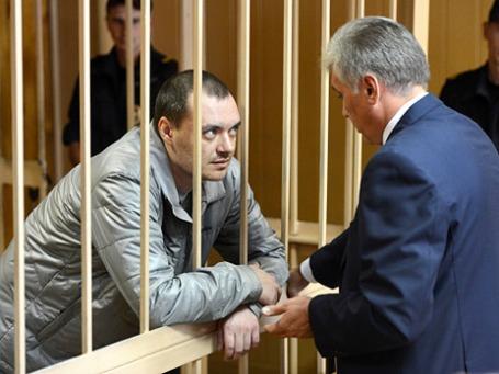 Обвиняемый Алексей Русаков (слева) во время рассмотрения уголовного дела по факту ДТП, в котором погибла актриса Марина Голуб, в Никулинском суде Москвы. Фото: РИА Новости