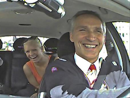 Премьер-министр Норвегии Йенс Столтенберг за рулем такси везет пассажиров. Фото: Reuters
