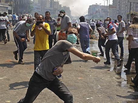 Сторонники свергнутого президента Мохаммеда Мурси во время столкновений с полицией. Фото: Reuters