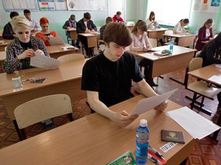 Ученики открывают конверты с экзаменационными заданиями перед началом единого государственного экзамена. Фото: РИА Новости