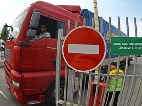 Большегрузный автомобиль в зоне таможенного контроля. Фото: РИА Новости