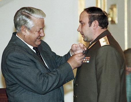Борис Ельцин (слева) награждает Александра Коржакова (справа) орденом  «За личное мужество». Фото: РИА Новости