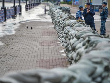 Мешки с песком лежат на набережной реки Амур в Хабаровске для защиты города от паводка. Фото: РИА Новости
